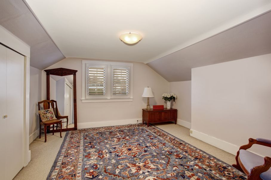 Classic room with vaulted ceiling a beautiful rug, and carpet